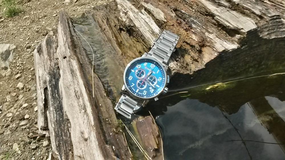 Chronograf i indexy jsou na modrém podkladu skvěle čitelné. V noci jejich viditelnost zvyšuje luminiscence SuperLuminova, která je kromě indexů i na ručičkách hodinek.