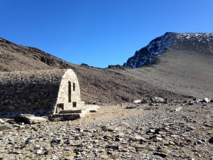 Chatka Refugio Vivac de la Caldera, kde jsme před výstupem nechali bagáž