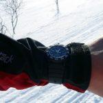 Při chůzi byly hodinky velmi často na rukávě bundy