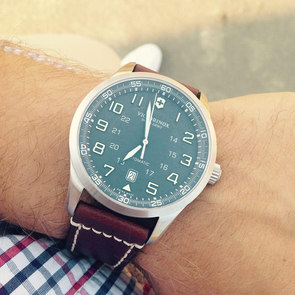 50681b57b6 Mají hodinky stále místo na našich zápěstích