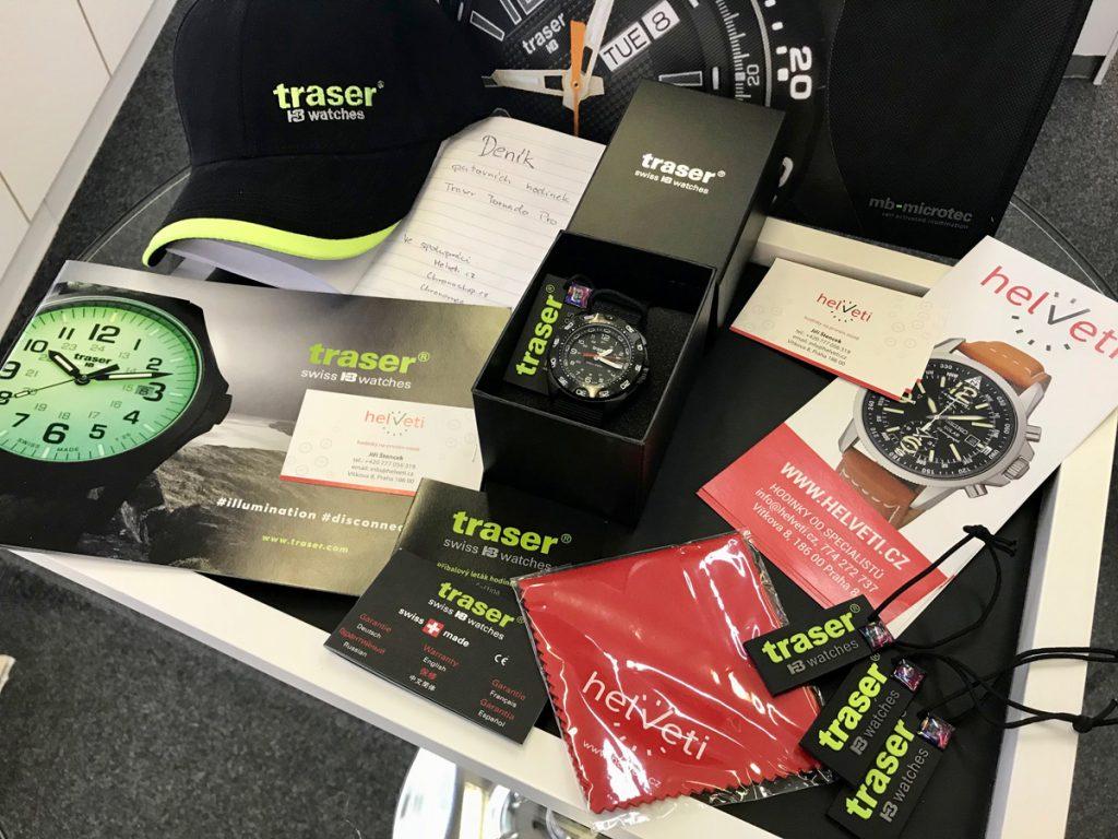 Kompletní balení putovních hodinek obsahuje: cestovní deník, hadříky, katalog, záruční knížku, čepici a samotné hodinky.