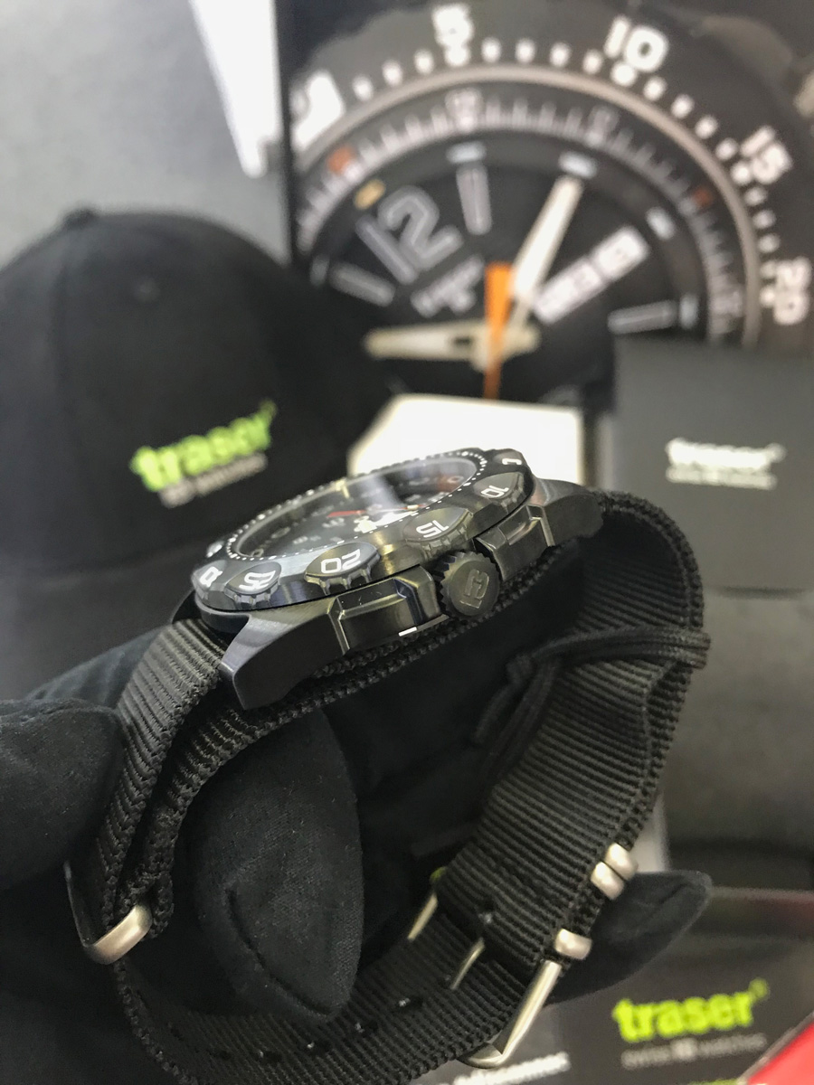 Detail hodinek Traser Tornado Pro. Pohled na ciferník. Pohled na korunku a  pouzdra ze strany fa0758b875